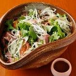 新鮮な野菜盛り沢山!特製ドレッシングで楽しむサラダ【栃木県】