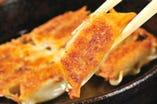 名物『鉄鍋餃子』は「こってり味」、「あっさり味」など4種類!