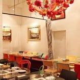 【テーブル席】おしゃれなシャンデリアで照らす広々フロア