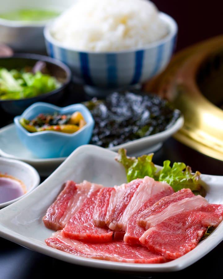 スープ、サラダ、ライス、韓国のりもついたお得なランチ実施中!