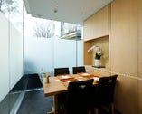 和食の店とは思えないほど洗練されたデザインで落ち着いた個室。