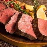 人気の赤身肉レアステーキもリーズナブルにご提供