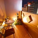 パーティースペース専用テラスは雰囲気最高。喫煙所として活用することも可能です。