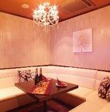 白い壁が特徴的な禁煙ソファータイプのお部屋です。