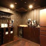 パーティールームDewi~デヴィ~内にには専用のドリンクコーナーがあります。大型冷蔵庫にドリンクサーバーなど全て飲み放題!