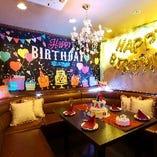 Happy birthdayHappyの風船やタペストーリーなど装飾がほどこされたお部屋です。通称【デコルーム】です。