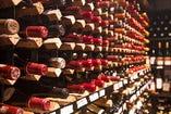 100種以上の厳選ワインを2,000本近く常備し、ゲストにもてなす。