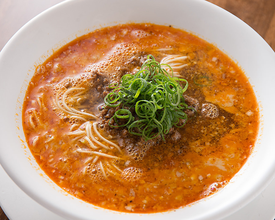 看板メニューの担担麺は、旨みと辛さ、酸味が一体となった味わい
