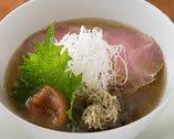 奥深い出汁の旨味が塩を引き立てる梅塩拉麺