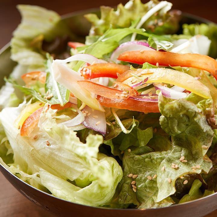 サラダは素材の味を引き立てる塩で食すのが『ここから』流!