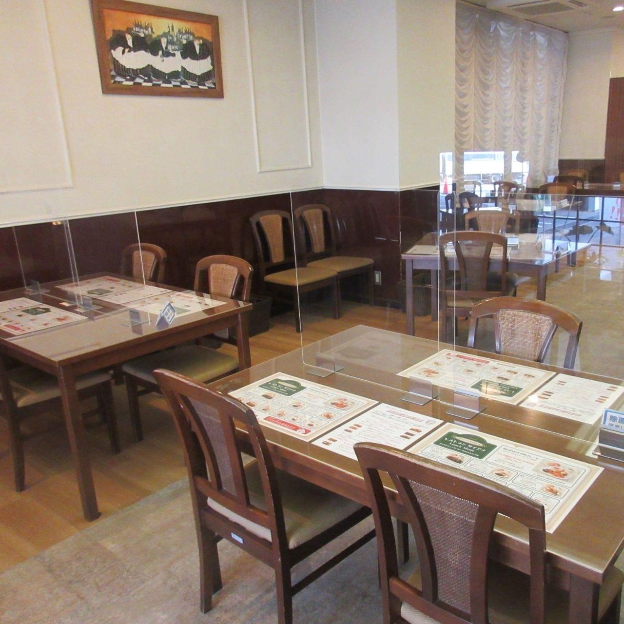 テーブル席には飛沫防止パーテーションを設置しております。
