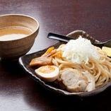 濃厚スープと自家製麺が人気の秘密!