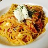 モッツァレラチーズとマスカルポーネが入ったトマトソースパスタ