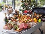 奈良大和牛ステーキに鶏肉ステーキ、ハーブ入りソーセージ!!大きめのグリルをテラスにご用意。お好きなペースでお楽しみください。