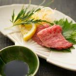 牛刺し(※一般的に食肉の生食は食中毒のリスクがあります※子供、高齢者、食中毒に対する抵抗力の弱い人は食肉の生食を控えてください)