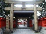「天神」という地名の由来は、この水鏡天満宮がココにあった為! だるま屋は神社さんの敷地内【天満宮横丁】で営業しております☆