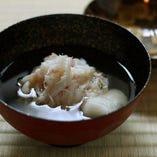 蟹をふんだんに使った名物料理「松葉かに寄せ」。