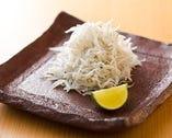 酒肴は、種類も多いが、鎌倉の定番釜揚げしらすが当店1番人気。