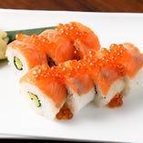 炙りサーモンといくらのロール寿司