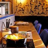 料理の色彩や味わいが際立つ、洗練されたデザインの隠れ家空間