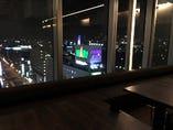 VIP席の窓際個室のテーブル席(夜景)