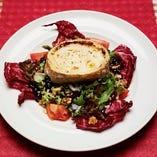 スペイン・トレド産のチーズをオーブンで焼いて乗せたサラダ。