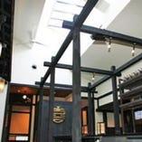 天井が高く開放感のあるスタイリッシュな店内。半個室あり。