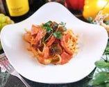 ベーコンと彩り野菜のトマトパスタ