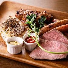 人気の肉料理を豪快に盛ったプレート