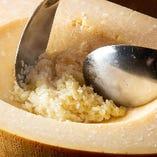 パルミジャーノレッジャーノチーズの器の中で作る濃厚リゾット