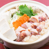 選べる鍋、写真は阿波尾鶏コラーゲン鍋です。地鶏ならではの歯ごたえと低脂肪の阿波尾鶏はコラーゲンもたっぷりです。