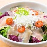 サラダは阿波尾鶏生ハムサラダ。低脂肪でヘルシーな阿波尾鶏をしっとりした生ハムに、フレッシュな野菜と一緒にどうぞ。