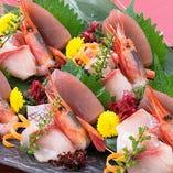 産地直送の鮮魚は千の庭の自慢の逸品。ご宴会メニューではおすすめを五種盛りにいたしました。