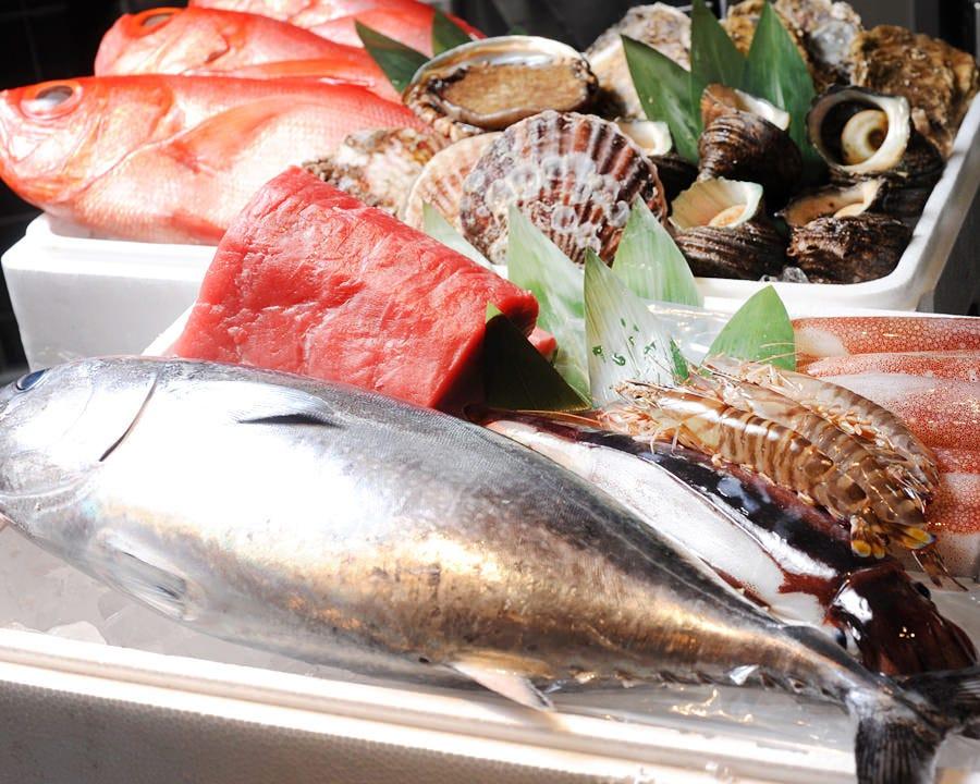 毎朝、市場から仕入れる新鮮な魚介類