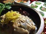 美健野菜の薬膳サンゲタン(2~3人前)辛くもOK。丸ごと一匹の鶏のおなかに高麗人参、ニンニク、ナツメ、栗、もち米などを詰め込み、味をつけずに水からコトコト煮込んだ薬膳料理の定番。男性には力を!女性には潤い!を与えてくれる滋養強壮と美肌効果のある參鶏湯は風邪やインフルエンザの予防・症状改善にもおすすめ。