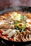 美健野菜の海鮮トッポキ(2~3人前)辛さは1・2・3・激辛から選択(おすすめは豆乳トッピングでまろやか仕上げ)具たくさんのシーフードと野菜でより豪華うまなトッポキ!ヘルシーもちもち「じゃがいも麺」入り。豆乳のトッピングで辛さ控えめなマイルドバージョンに変身。「玄米と雑穀のリゾットシメ」がおすすめ。
