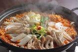美健野菜の海鮮トッポキ:辛さは1・2・3・激辛からお選びください.(おすすめは豆乳トッピングでまろやか仕上げ)大人気トッポキが具たくさんのシーフードと野菜でより豪華うま!ヘルシーでもちもちしたじゃがいも麺入り。ビタミンとミネラルの結晶、「玄米と雑穀のリゾットシメ¥500」がおすすめ。