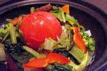 丸ごとトマトと美健野菜のサウナサラダ:美健野菜の代名詞トマトを丸ごと使用したリコピンたっぷりのサラダ。野菜を一番おいしく効率よく摂る調理法はやはり蒸し!当店こだわりの6種野菜を始めとした色々な種類の彩り野菜をヘルシーな蒸し調理で楽しむ温野菜サラダ。少々時間がかかります。