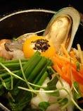 肝臓保護タラスープクッパの海鮮石焼流:タラのスープには肝臓を保護する「メチオニン」というアミノ酸が含まれていて「飲みすぎ・二日酔い」等に有効。また、抗酸化成分であるグルタチオンによる肝機能改善、免疫力強化、アンチエイジング効果があり、テレビでは「美肌スープ」として紹介されるくらい。飲んだ後のシメに!