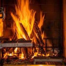 店舗中央で焼く本格的な薪火料理