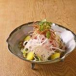 揚げ蕎麦と根菜のカリカリ梅サラダ