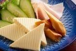 ハムとチーズの盛り合わせ