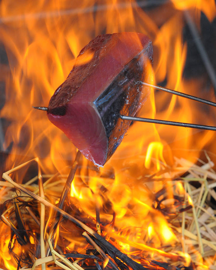 ぬくり名物!カツオのわら焼き塩タタキ。わらで焼いた鰹は美味い