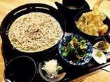 天丼せいろ蕎麦定食! かき揚げ、海老、季節の野菜をサクッと揚げた天丼と自家製麺せいろ蕎麦の定食です!