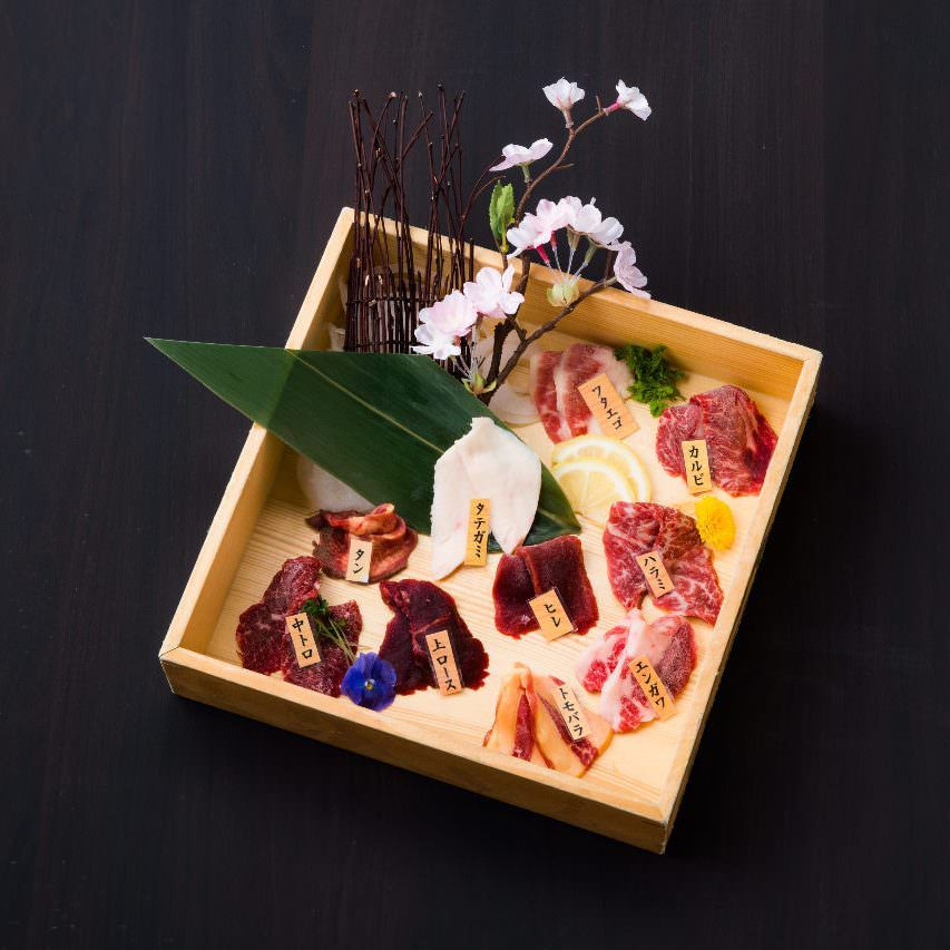◆【2時間飲み放題付】卸直送の新鮮な味を堪能『馬刺し4種と牛肩のステーキ宴会コース』[全9品]4,000円