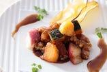 豚トロと季節の果実の黒酢炒め