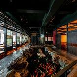 当店は、優雅に鯉が泳ぐ川が流れるなど店内の造りにこだわっています