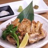 ブランド鶏「美桜鶏の塩焼き」お肉自体の美味しさがあってこそのシンプルな塩焼き。フランス産のゲランドの塩・わさび・柚子胡椒で召し上がって下さい。