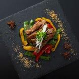 黒毛和牛の極太チンジャオロースなど、中華のイメージを覆す一皿が多数