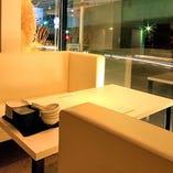 コロナ対策中。広々とした空間を贅沢に使用しています。【2階/4名様テーブル席 】大きな窓が生み出す開放感と非日常感を満喫